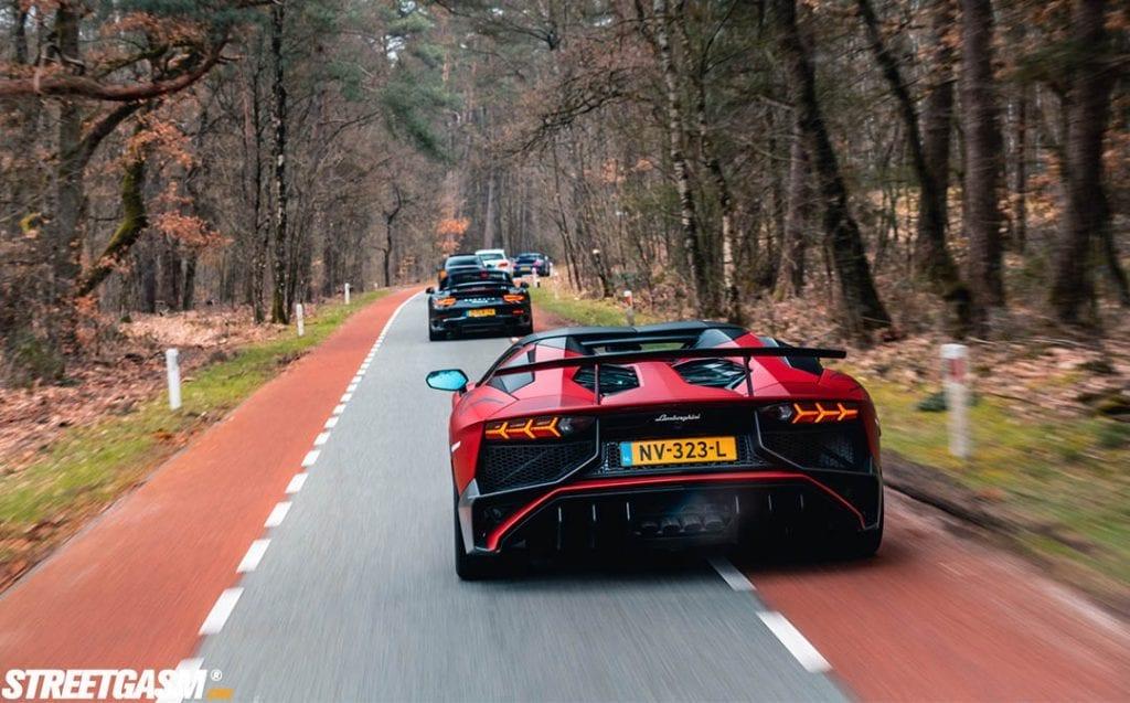 Lamborghini aventador rijdt ook mee